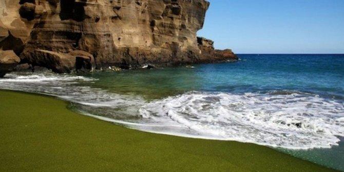 pantai-berpasir-hijau-papakolea-hawaii
